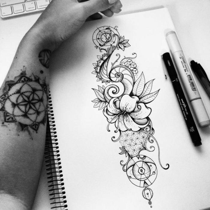 zeichnung von tattoo ranke , eine hand mit tattoos, welche bedeutung haben tattoos, ideen