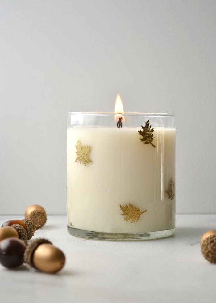 Duftkerze mit herbstlichen Motiven, kleine goldene Blätter, Kerze mit Vanille-Duft