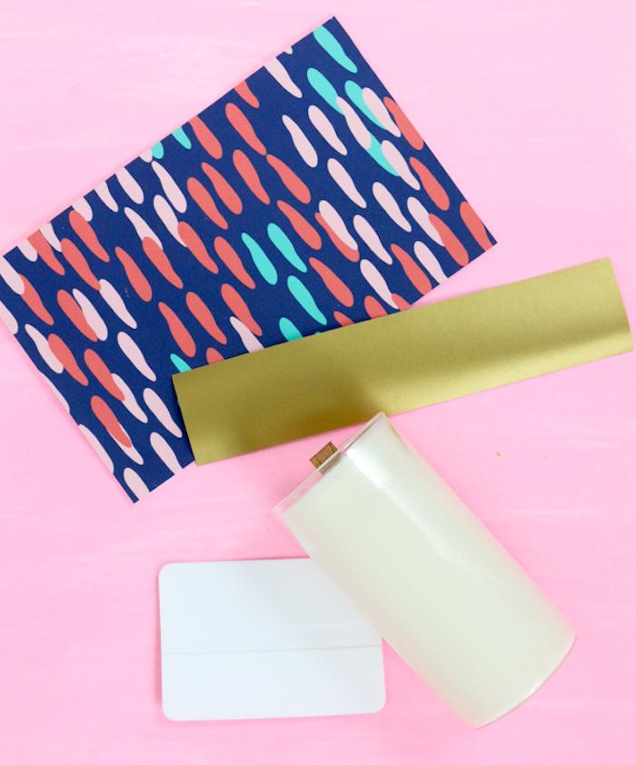 Materialien für DIY Kerzen, buntes und goldenes Papier, Tischdeko selber machen