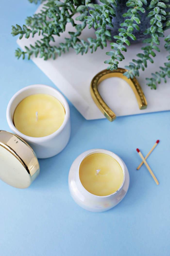 Kerzen selbst gestalten, weiße Schüsseln, DIY Idee für Geschenk für jeden Anlass
