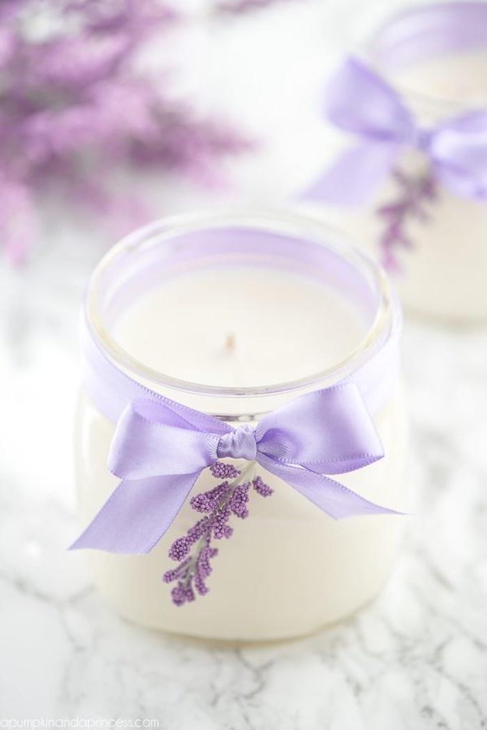 Duftkerze selber machen, Lavendel Kerze mit lila Schleife, schönes DIY Geschenk