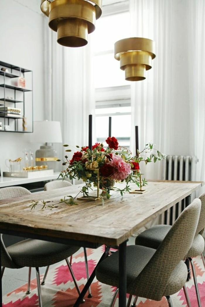 moderne esszimmergestaltungsideen, esszimmer ideen, goldene lampen, rote blumen auf dem tisch, kerzen als deko, helles zimmer