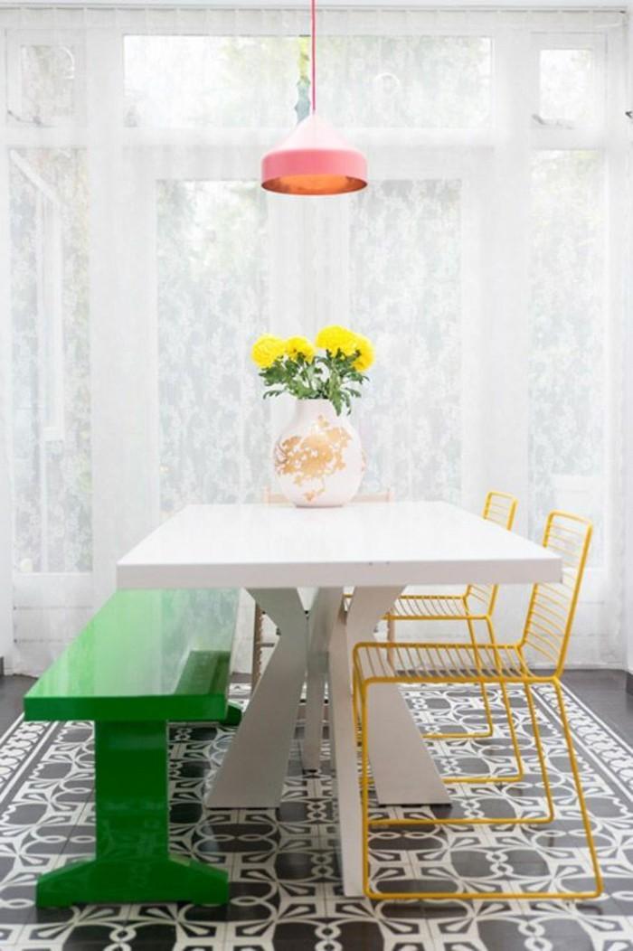 kreative und dezente, esszimmer ideen, schlichtes weißes design mit krassen farben als deko kombinieren, gelbe blumen, rosarote lampe, grüne sitzfläche