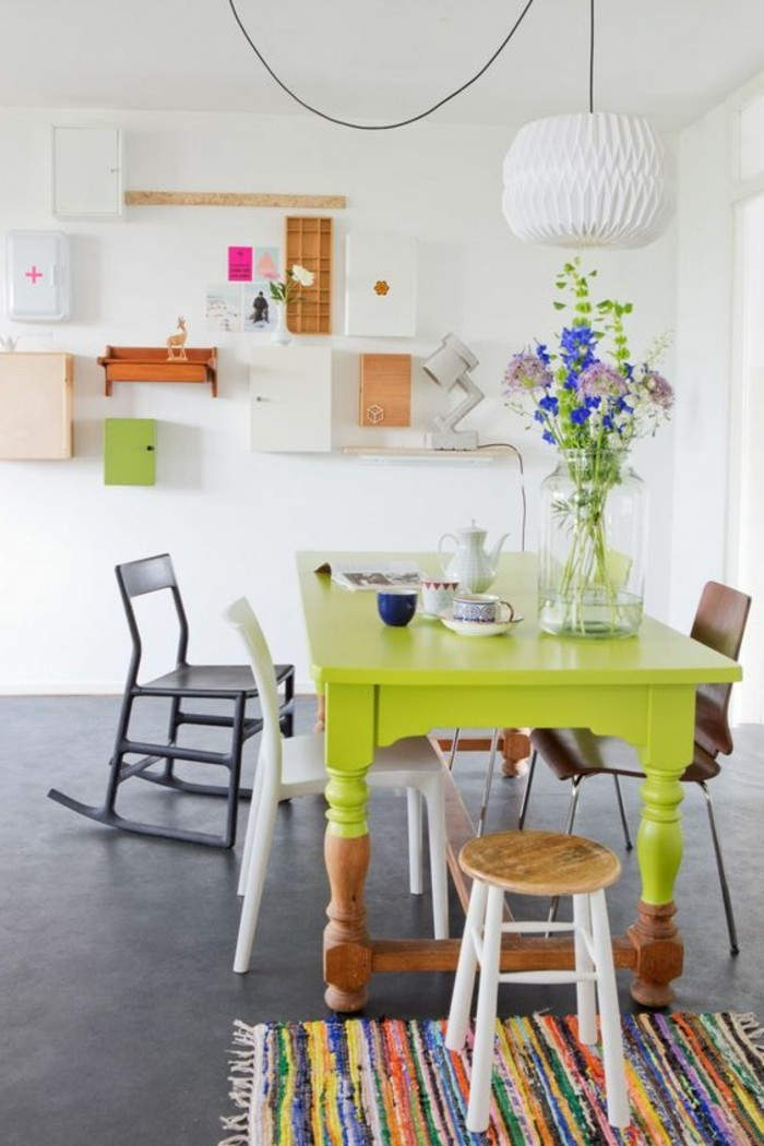 wohn essbereich idee zum faszinieren, gelbgrüner tisch mit blauen blumen dekoriert, kleine bunte details, farbenfrohes zimmer mit weißem hintergrund
