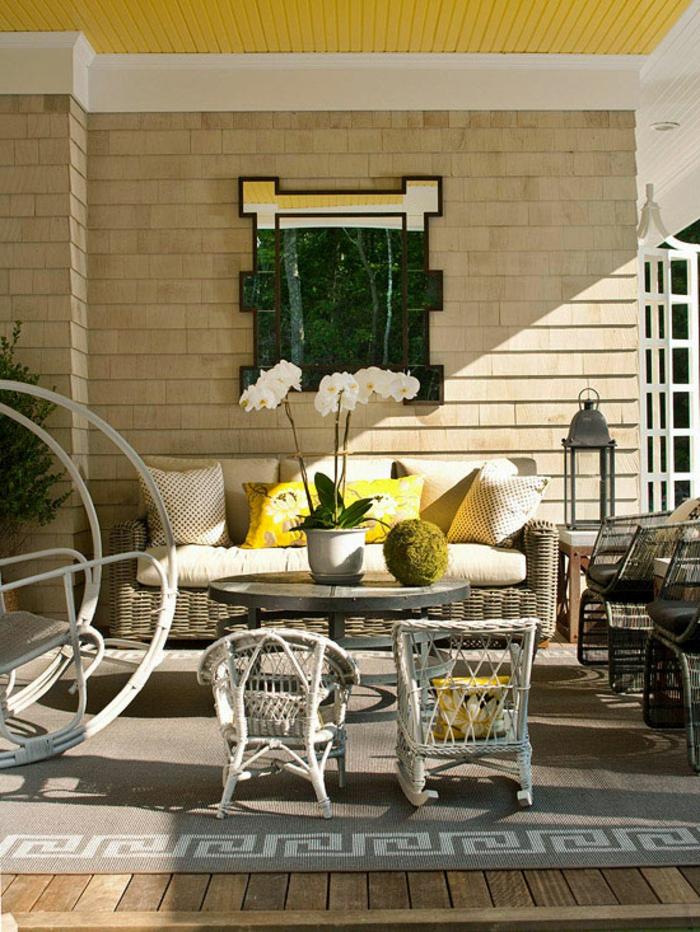 kleine terrasse selber einrichten, pastellfarben für die haupteinrichtung und krasse gelbe farbe deko, kontraste schaffen, schöne deko blume, orchidee