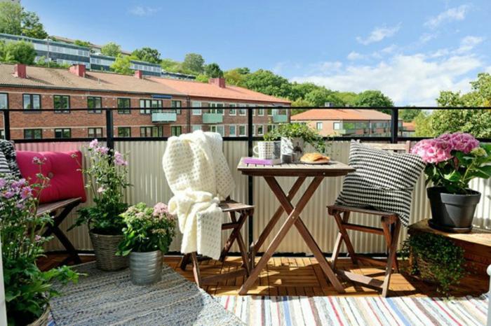 eine gemütliche idee, mädchenhaft und frisch, kleinen balkon gestalten, ideen, inspirationen, rosarote blumen
