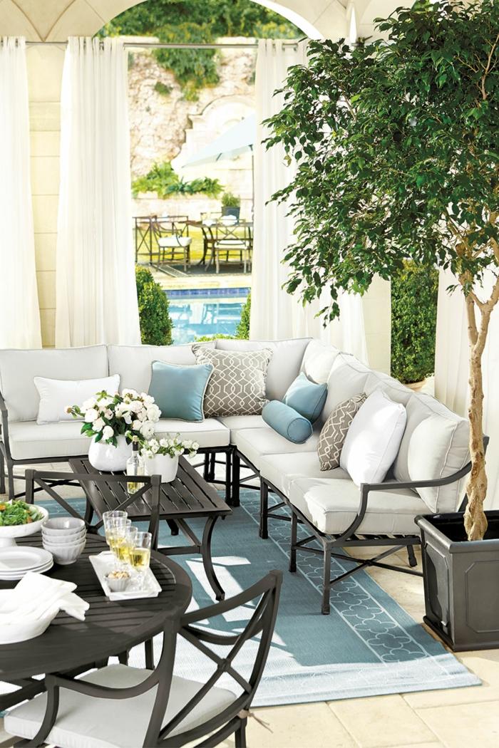schöne ideen, kleinen balkon gestalten, einrichtung eines hauses mit pool, baum. pflanzen. sofa, stilvolle einrichtung
