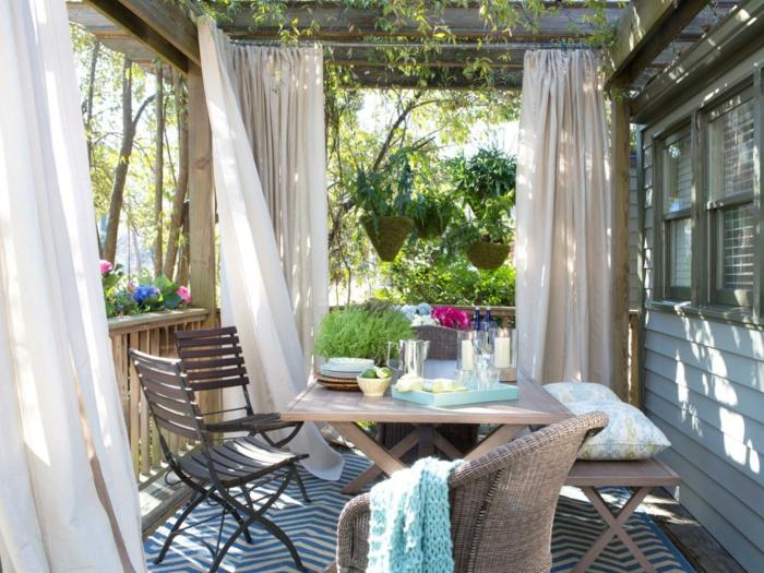 kleinen balkon gestalten oder eine terrasse, schöne einrichtungsideen und stilvolle gestaltungsmöglchkeiten. vorhänge, romantischer look