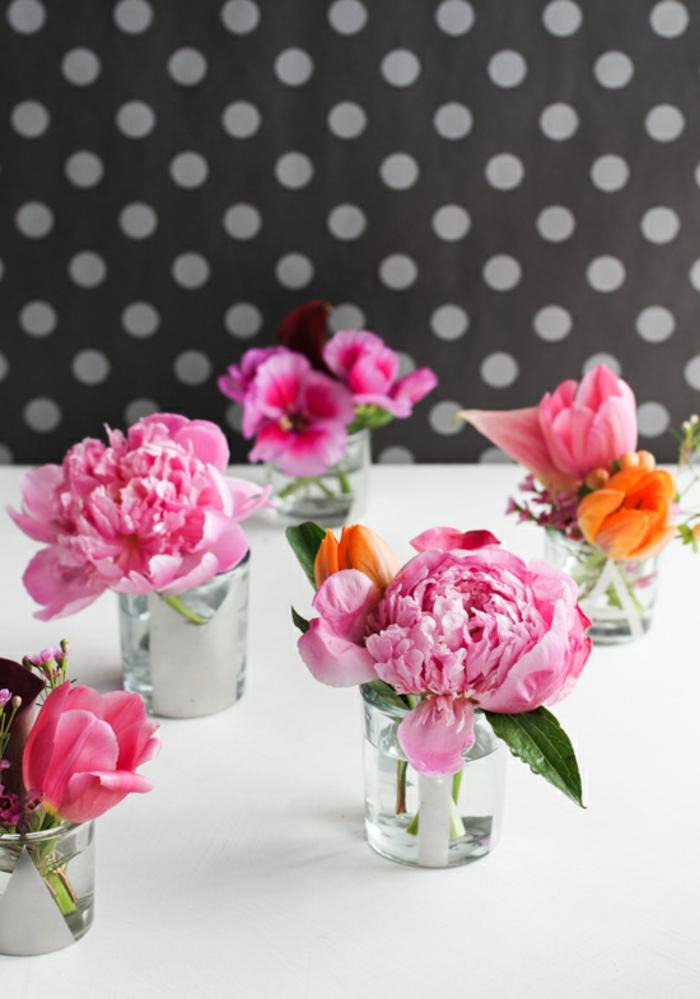 schöne tischdeko, einzelne pfingstrosen blüten in kleinen gläsern stellen, rosa rose
