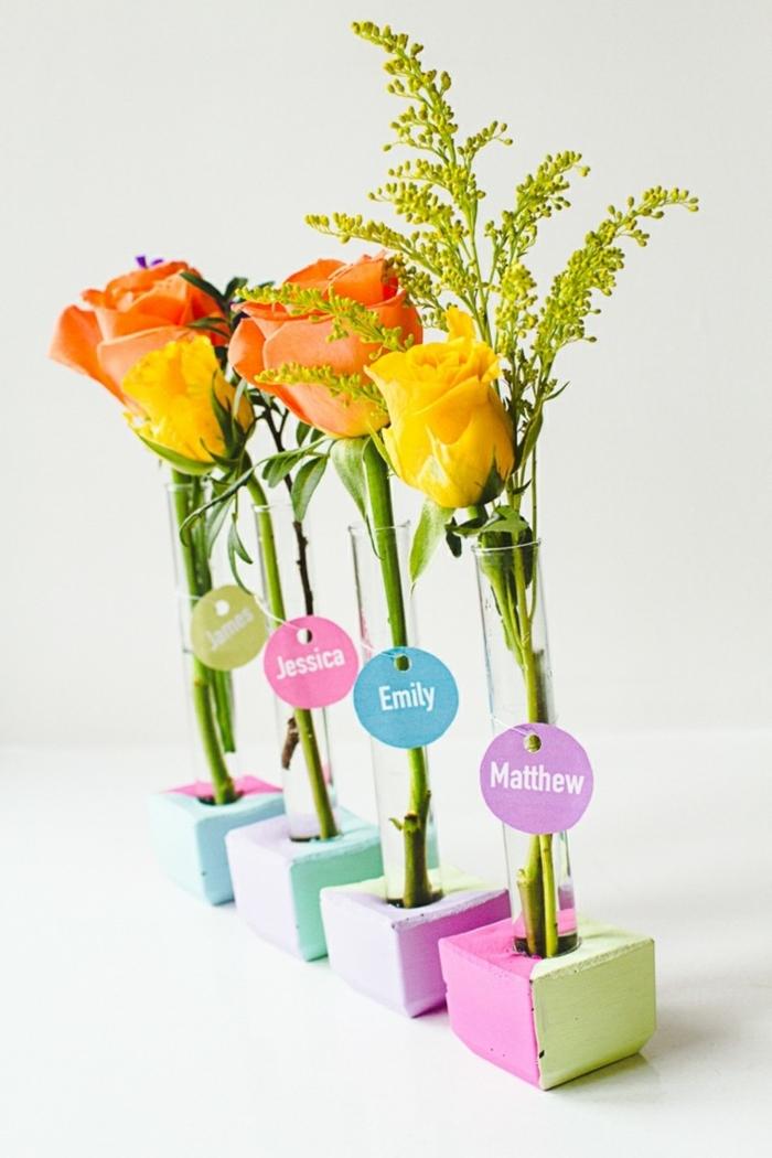 schöne tischdeko, orangen rosen in kleinen vasen stelen ettikete daran stellen