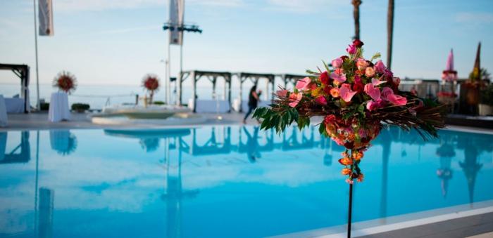 schöne tischdeko, oder deko am pool, blumen sehen überall gut aus, schöne deko gestalten