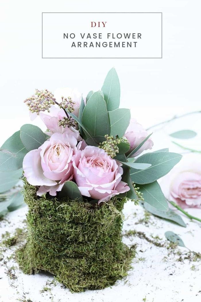 tischdekoration geburtstag, diy idee wie sie selber blumen ohne vase arrangieren können, rosen, moos, blätter, stängel