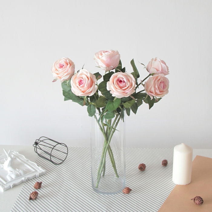 rosen eignen sich sehr schön als tischdekoration geburtstag, transparentes glas, frische blumen, kerze