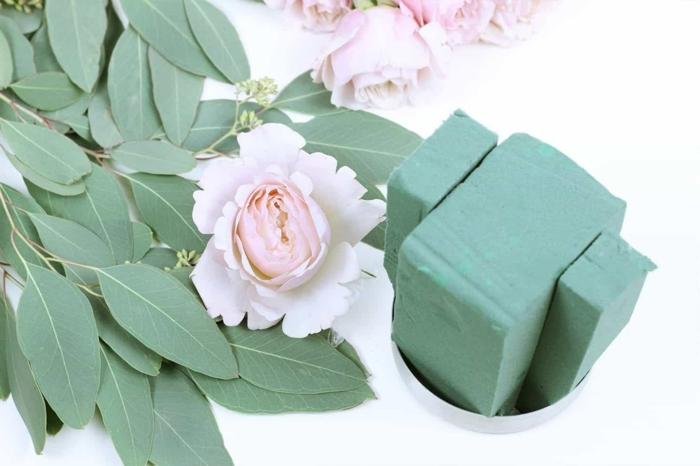 blumen tischdeko, idee zum selbermachen rosen künstlch als deko auf dem tisch stellen