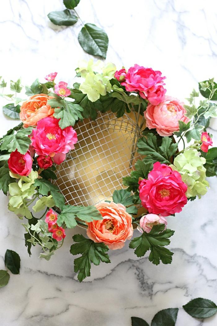 bunte blumen tischdeko, schön gestalten mit hilfe eines netzes, bunte rosen, zyklame, orange, weiß
