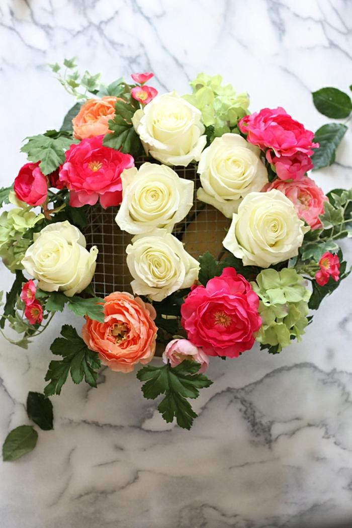 blumengestecke sleber gestalten und schöne dekoration zuhause genießen, rosen arrangement in frischen farben