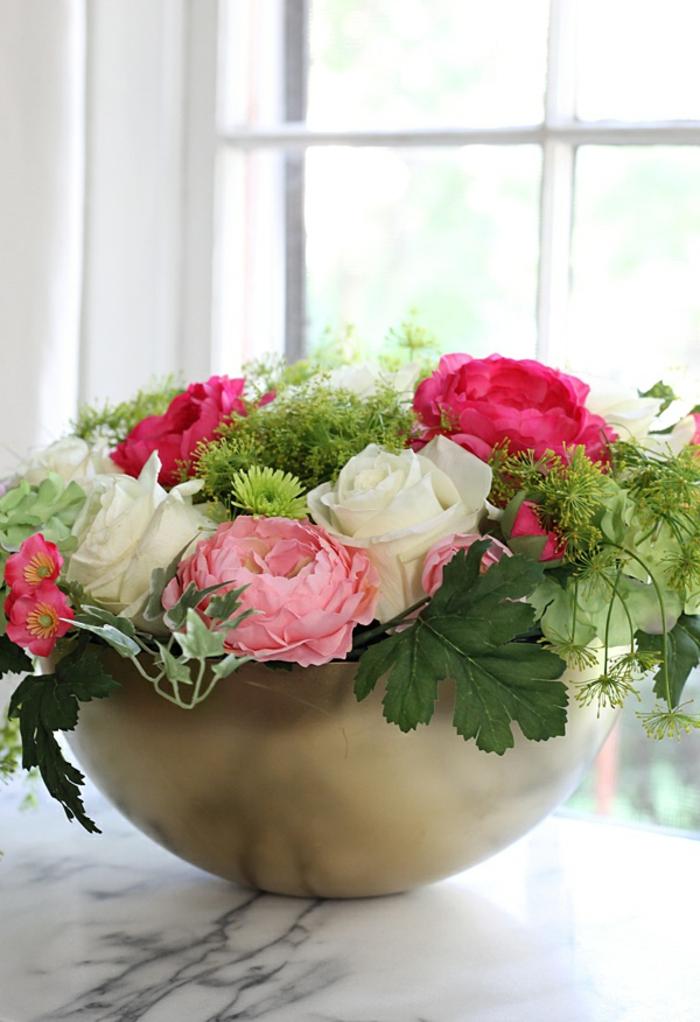 blumengestecke zur verzierung des zuhauses, rosen, zyklame, weiß, rosa, grün
