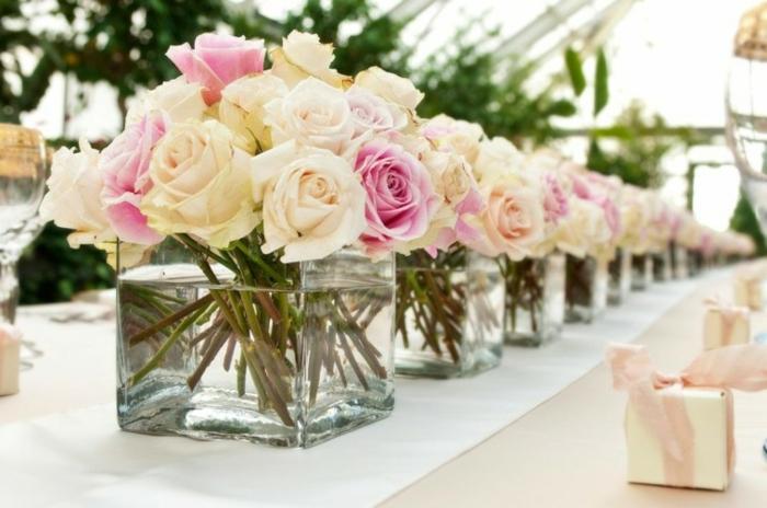 tischdeko 50 geburtstag, elegante und schicke dekoration auf dem tische, weiße und rosa rosen