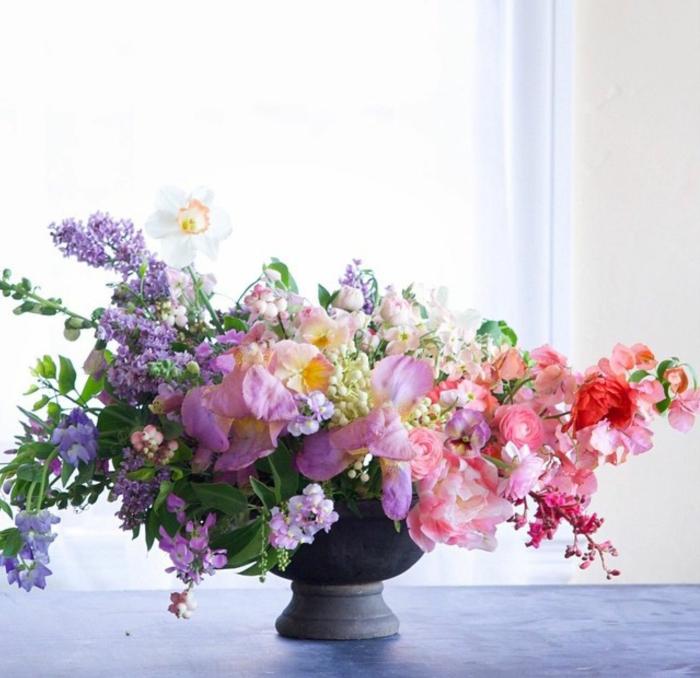 ikebana gestecke, bunte blumen in pastellfarben, deko zu hause selber machen, schöne idee