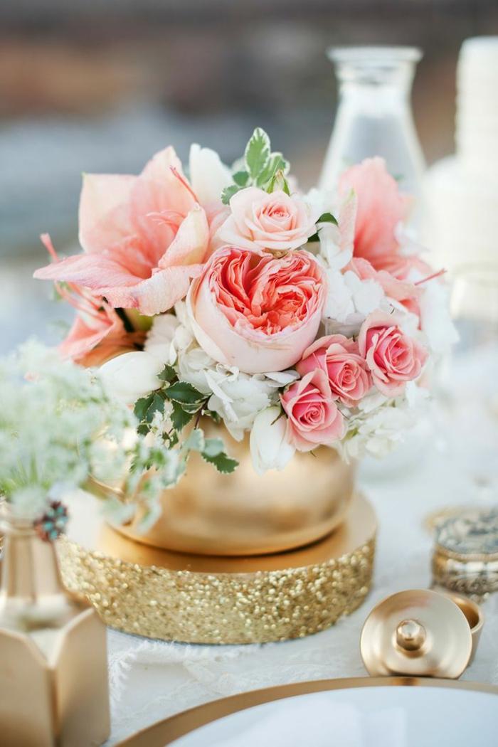 tischdeko 50 geburtstag, elegante dekoration für den tisch, tischdeko schick, rosa rosen, goldene deko ideen