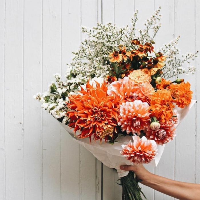 tischdeko 50 geburtstag, schöne blumen, natur idee zum nachmachen, orange pfingstrosen, blumenstrauß