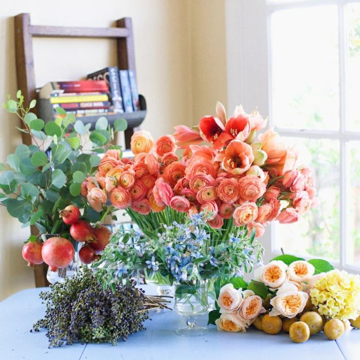 tischdeko blumen, bunte blumen in orange, gelb, grün und andere, lavendel, rosen, zitronen