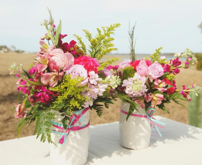strand heirat hochzeit idee für tischdeko blumen in weißen vasen, bunt und frisch wie der anlass