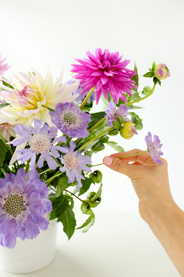 tischdeko blumen, arrangieren von blumen, schöne frische farben des sommers, lila, pink, violett