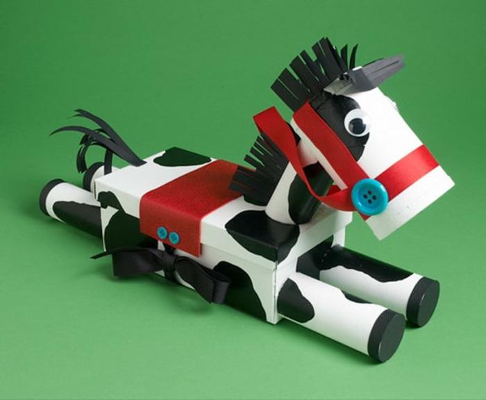 ein Pferd in Schwarz und Weiß mit rotem Sattel und Zügel, was kann man aus Klopapierrollen machen