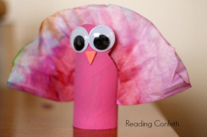 rosa Pute, bunter Schwanz, basteln aus Klopapierrollen, große Augen