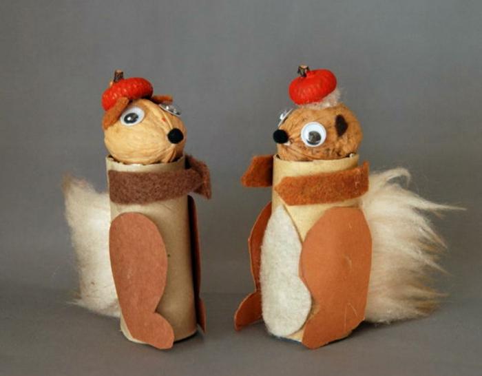 braune Eichhörnchen mit roten Hüten, Köpfe aus Walnüsse, basteln aus Klopapierrollen