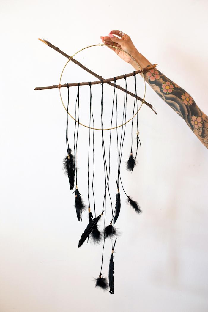 traumfänger basteln, frauentattoo, japanische tätowierung am unterarm, schwarze federn