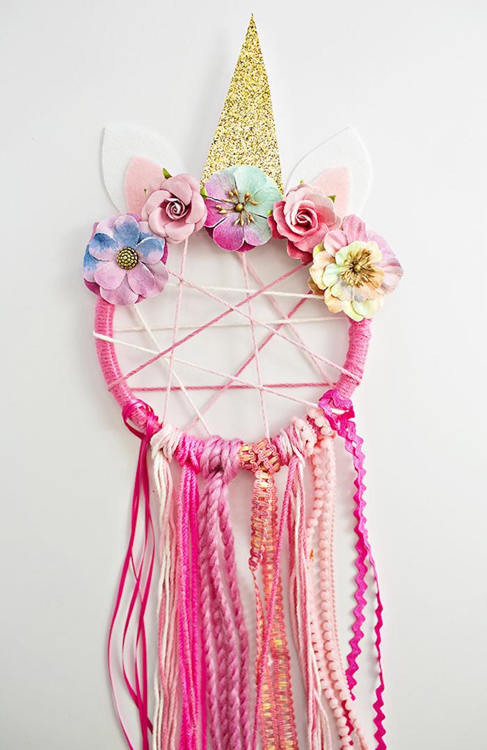 traumfänger bastelset, einhorn, horn aus goldenem papier, rosa dreamcatcher, bunte blumen aus papier