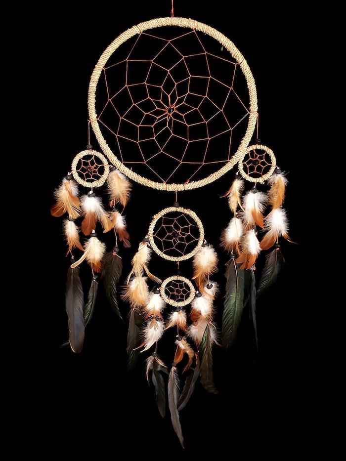 traumfänger bastelset, schwarzer hintergrund, großer indianischer schmuck, schwarze federn