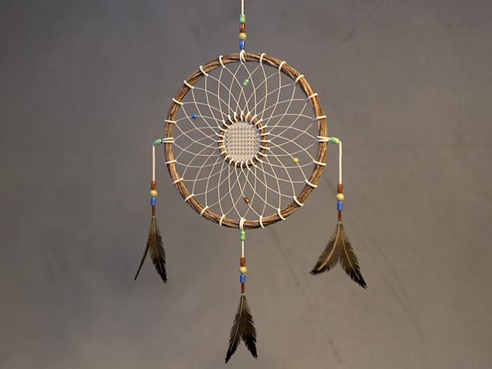 traumfänger diy, indianischer schmuck aus holzm garn und federn, hängende deko
