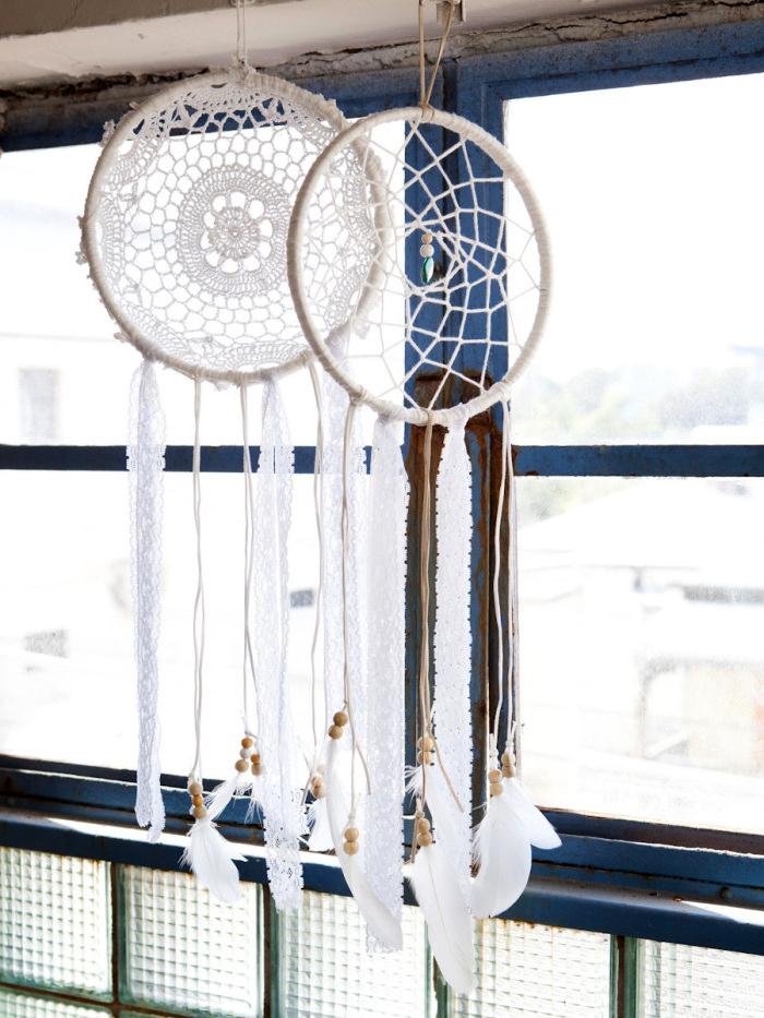 traumfänger diy, zwei großer weiße traumfänger, fenster, hängende indianische dekorationen, dreamcatchers