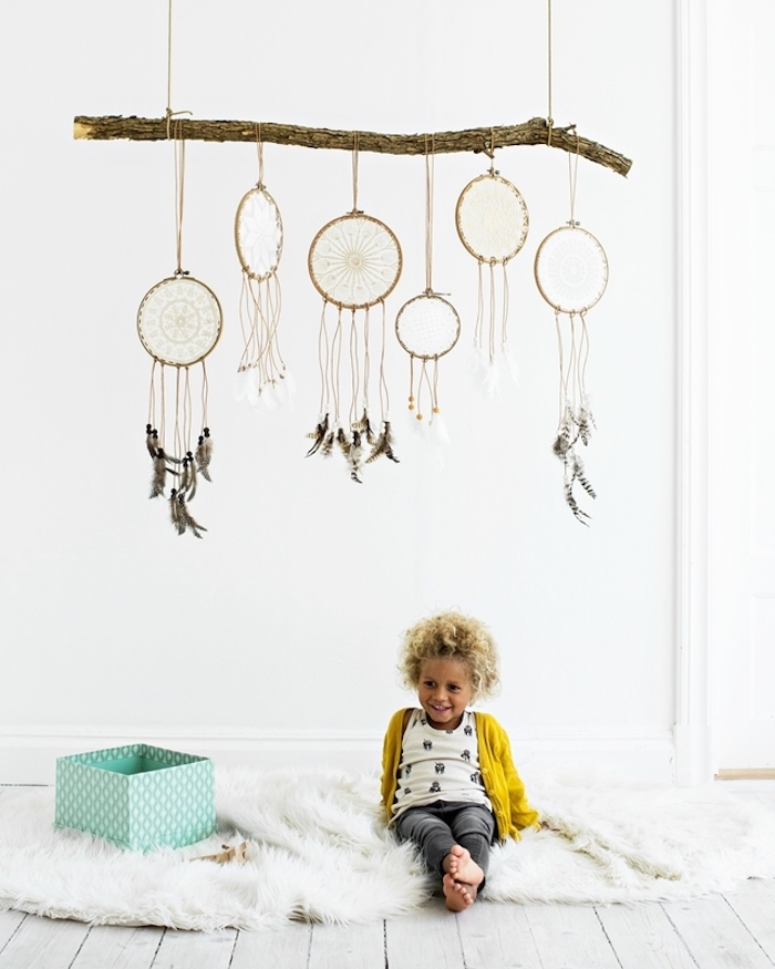 traumfänger basteln, kleines kind mit lockigen blonden haaren, hängende dekoration, ast
