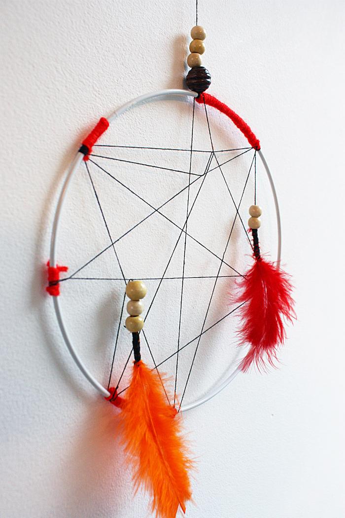 traumfänger selber basteln, wanddeko im indianischen stil, wand dekorieren, diy dreamcatcher