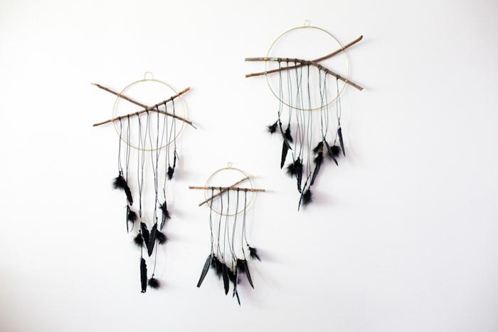 traumfänger selber basteln, selbstgemachte wanddeko, dreamcatchers mit schwarzern federn, diy