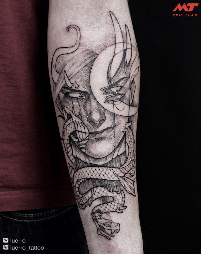 Großes schwarzes Tattoo am Unterarm, Gesicht und Schlange, Tattoo Motive für Männer