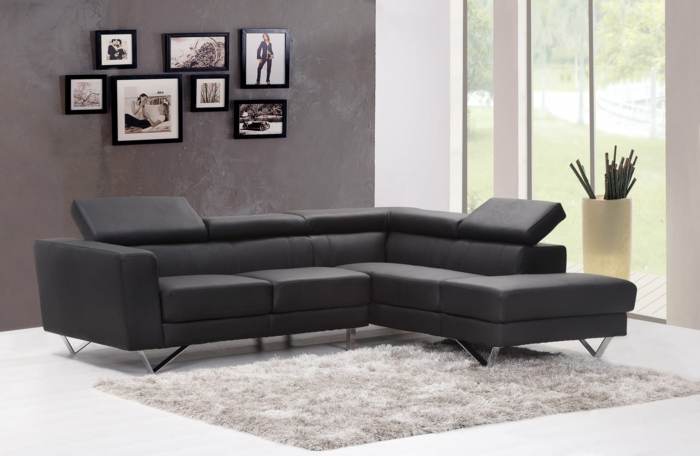 graues Sofa, grauer Teppich, viele Bilder, eine Pflanze am Fenster, Einrichtungsideen Wohnzimmer