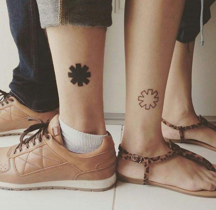 ein mann mit braunen schuhen und einem kleinen schwarzen tattoo, eine frau mit einem weißen partnertattoo, tattoos die sich ergänzen