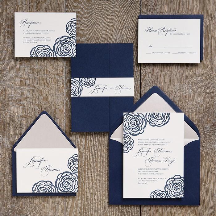 vintage karten für hochzeit, einladungaskarten in blau und weiß, rosen, dunkelblauer briefumschlag