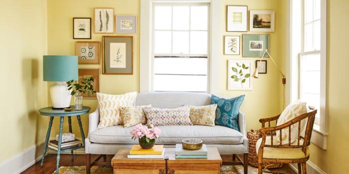 ein graues Sofa, blauer gerundeter Tisch in der Ecke, Einrichtungsideen Wohnzimmer