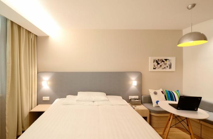 ein weißes Bett, zwei Lampen, hellgraue Wandfarbe, Was passt zu Grau