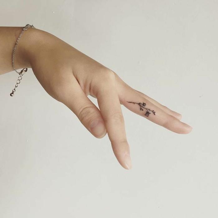 dezentes blumen tattoo arm, fingertattoo, tatto am finger, kleine zeichnung von blume, dezentes armband