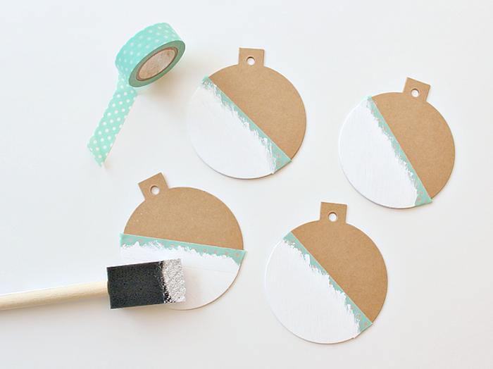 Weihnachtskugeln aus Pappkarton ausschneiden, mithilfe Klebeband bemalen