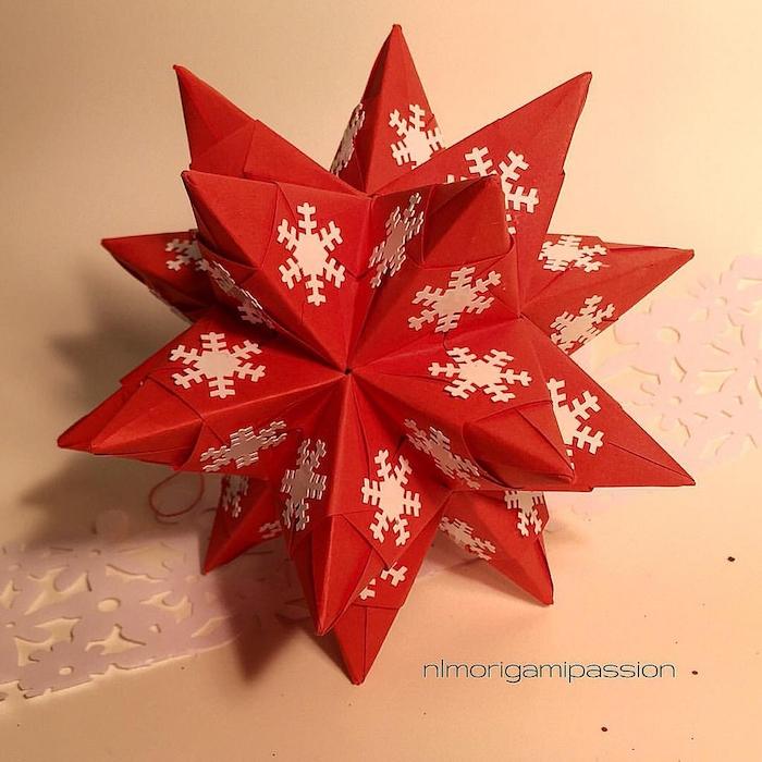 viele kleine weiße schneeflocken auws papier, weihnachtsdekoration selber basteln, eine großen roten bascetta stern falten aus papier