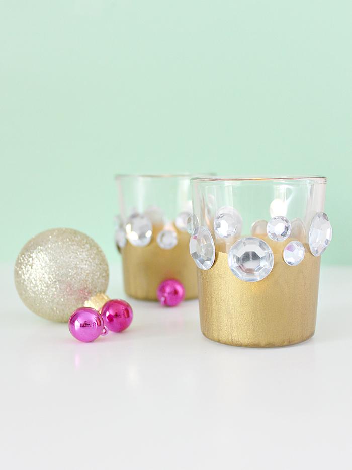 Weihnachtskerzen selbst gestalten, mit goldenem Spray und Kristallen verzieren