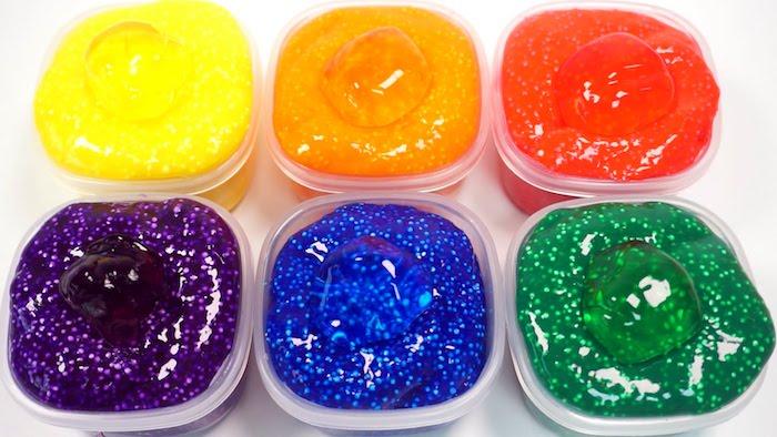 Schleim in Regenbogenfarben, in sechs Plastik Schüsseln, kräftige Farben